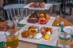 high tea met scones, appeltaart en petit glacé