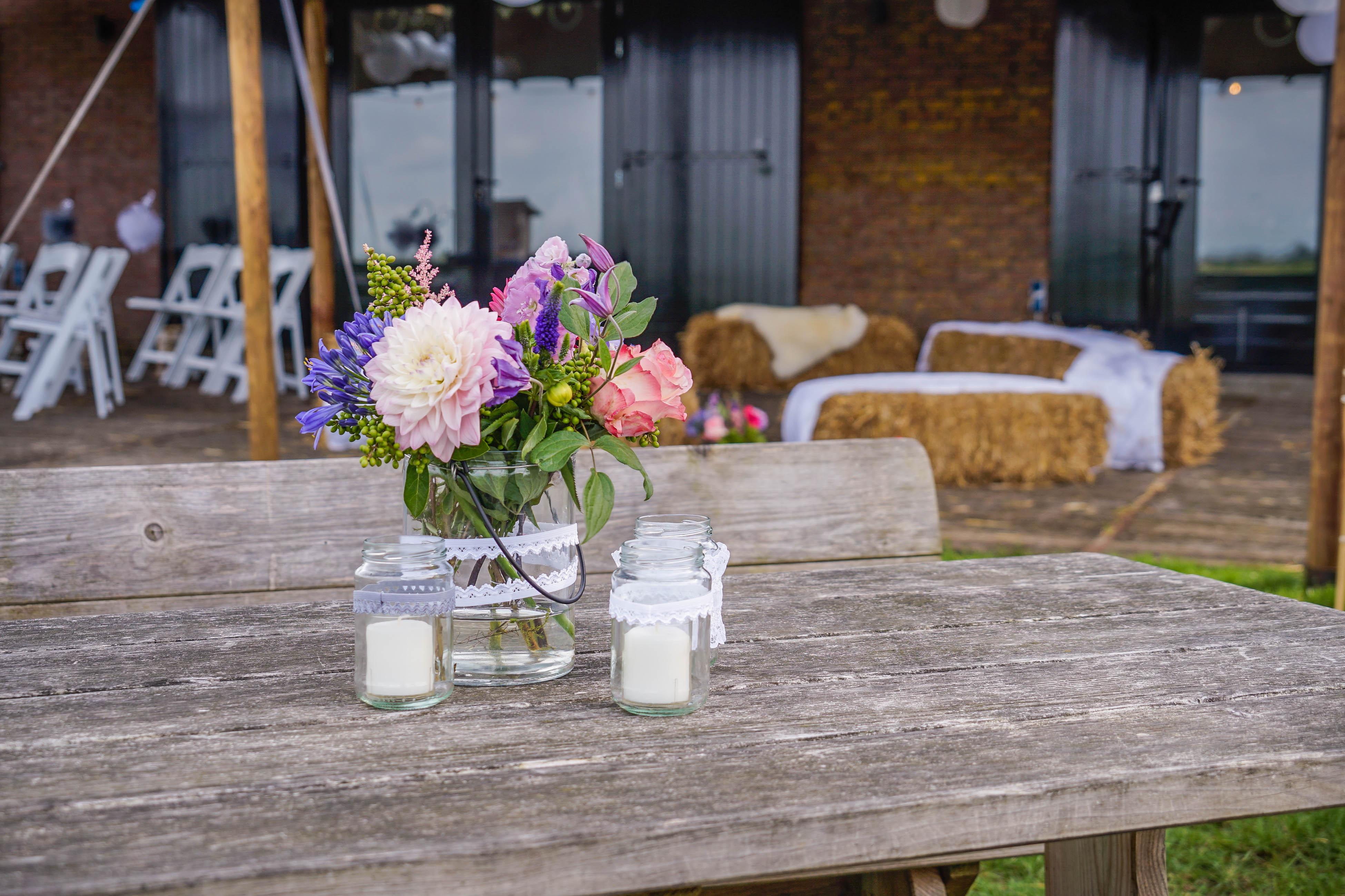 bloemen op tafel van het terras
